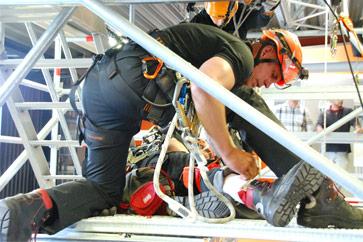 עובד בגובה עם ציוד של Skylotec בפעולת הצלחה עם ערכות חילוץ של SKYLOTEC